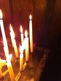 Kaarsen in een kerkje in Maastricht.